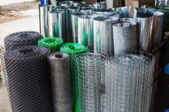 Rolls пластичных ячеистых сетей мелкоячеистой сетки, алюминиевых ячеистых сетей, и Стоковые Фото