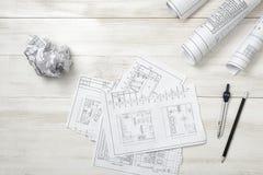 Rolls эскизов, карандаша и компаса чертежа на деревянной поверхности Стоковое Изображение RF