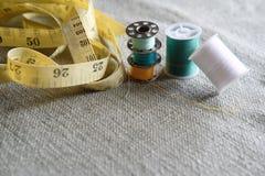 Rolls av bomull som används för att sy Arkivfoton