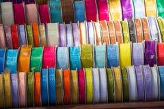Rolls av det färgrika bandet i sikt arkivfoto