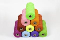 Rolls av det färgrika polyesterrepet Arkivbild