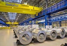 Rolls av det galvaniserade stålarket Arkivbild