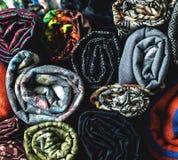 Rolls av färgrikt tyg som en vibrerande bakgrund Arkivbilder