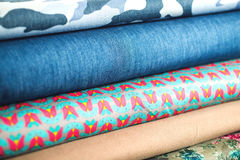 Rolls av färgrikt tyg som en vibrerande bakgrund Royaltyfria Foton