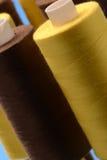 Rolls av guling- och bruntbomull Arkivbild