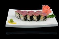 Rolls avec le thon et le caviar noir de poissons de vol Images stock