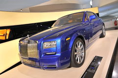 Rolls azul Royce Phantom Coupe en la exhibición en el museo de BMW Imágenes de archivo libres de regalías