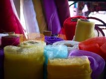 Rolls colorée de matériel sur une stalle du marché Images libres de droits