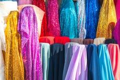 Rolls colorido de telas e da loja brilhantemente coloridas de panos Imagens de Stock