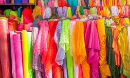 Rolls colorido de telas e da loja brilhantemente coloridas de panos Foto de Stock