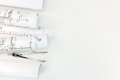 Rolls com projetos arquitetónicos com compasso de desenho no archit fotografia de stock