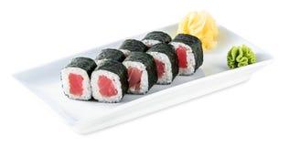 Rolls con la placa del atún - Maguro Maki aislado en blanco Fotos de archivo