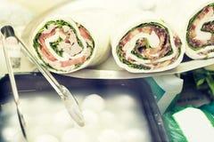 Rolls con los pescados de la mozzarella, de la lechuga, de los tomates, del jamón y de atún en el mercado en Catania, Sicilia, It foto de archivo libre de regalías