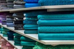 Rolls da tela e as matérias têxteis em uma fábrica compram ou armazenam Imagem de Stock Royalty Free