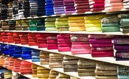 Rolls da tela e as matérias têxteis em uma fábrica compram ou armazenam Fotos de Stock Royalty Free