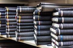 Rolls da tela e as matérias têxteis em uma fábrica compram ou armazenam Imagens de Stock