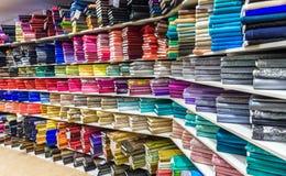 Rolls da tela e as matérias têxteis em uma fábrica compram ou armazenam Fotografia de Stock