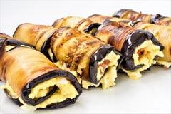 Rolls dai baklozhans con formaggio ed il pomodoro si trovano su un bianco plat Fotografia Stock Libera da Diritti