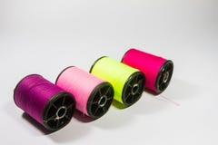 Rolls de couleurs de fil sur un fond blanc Images stock