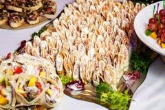 Rolls de crepes finas con el salmón ahumado, hojas del queso cremoso del rábano picante y del cohete imagen de archivo libre de regalías