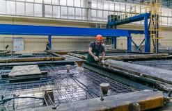 Rolls de la armadura de aluminio del acero de las colocaciones del metal Producción de la industria pesada Planta de la laminació Imágenes de archivo libres de regalías