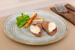 Rolls de la lengua de carne de vaca con helar del queso cremoso Imagen de archivo libre de regalías