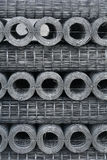 Rolls de la malla metálica atada con alambre en una plataforma Fotos de archivo libres de regalías