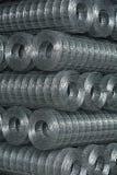 Rolls de la malla metálica atada con alambre en una plataforma Imagen de archivo