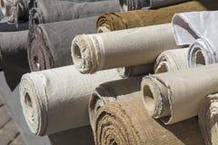 Rolls de la materia textil de la lona de lino en parada del mercado fotografía de archivo libre de regalías
