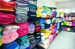 Rolls de la tela y materias textiles en una tienda factpory fotos de archivo libres de regalías