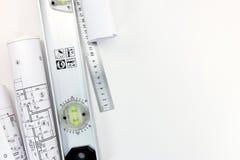 Rolls de los planes de la construcción y de los modelos y de las herramientas de la medida Imágenes de archivo libres de regalías