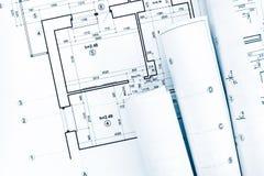 Rolls de modelos arquitetónicos e o projeto planeiam no arquiteto fotografia de stock