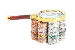 Rolls de notas indianas da rupia da moeda com lupa Imagens de Stock Royalty Free