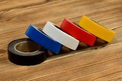 Rolls de ruban adhésif coloré sur la table en bois photo stock