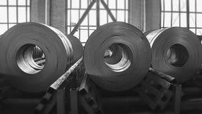 Rolls de tôle d'acier à une usine photographie stock