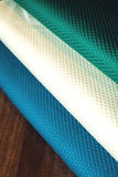 Rolls de tissu coloré comme fond vibrant images stock