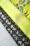 Rolls de tissu coloré comme fond vibrant photographie stock libre de droits