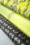 Rolls de tissu coloré comme fond vibrant photo stock