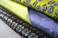 Rolls de tissu coloré comme fond vibrant image stock