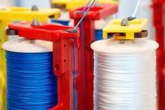 Rolls de tissu de coton industriel pour la fabrication de textile de tissu d'habillement sur la machine Photos stock