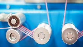 Rolls de tissu de coton industriel pour la fabrication de textile de tissu d'habillement sur la machine Image stock