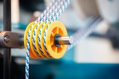 Rolls de tissu de coton industriel pour la fabrication de textile de tissu d'habillement sur la machine Photographie stock