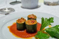 Rolls degli zucchini ha farcito la carne ed il pomodoro del briciolo immagine stock libera da diritti