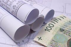 Rolls dei diagrammi elettrici sul disegno di costruzione della casa e dei soldi Fotografie Stock Libere da Diritti