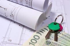 Rolls dei diagrammi elettrici sul disegno di costruzione della casa e dei soldi con le chiavi Immagine Stock Libera da Diritti