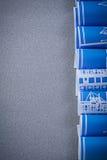 Rolls dei disegni di costruzione blu sul verticale grigio del fondo Immagine Stock Libera da Diritti