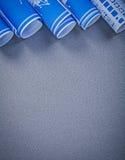 Rolls dei disegni di ingegneria sullo spazio grigio della copia del fondo cons Fotografie Stock