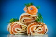 Rolls dei pancake sottili con il pesce rosso salato Fotografia Stock Libera da Diritti