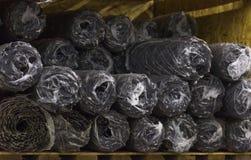 Rolls del acero de la malla de alambre para la construcción mienten en el estante del almacén Foto de archivo