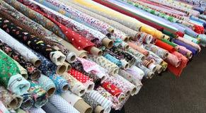 Rolls del material de la tela en el mercado Fotos de archivo